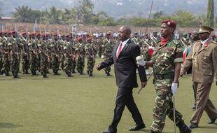 Le président du Burundi, Pierre Nkurunziza, à Bujumbura, devant l'armée, le 1er juillet 2015.