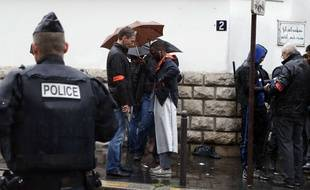 Des policiers en mission de protection, ici, devant la Grande Mosquée de Paris pendant la prière du vendredi 20 novembre 2015 (photo d'illustration).