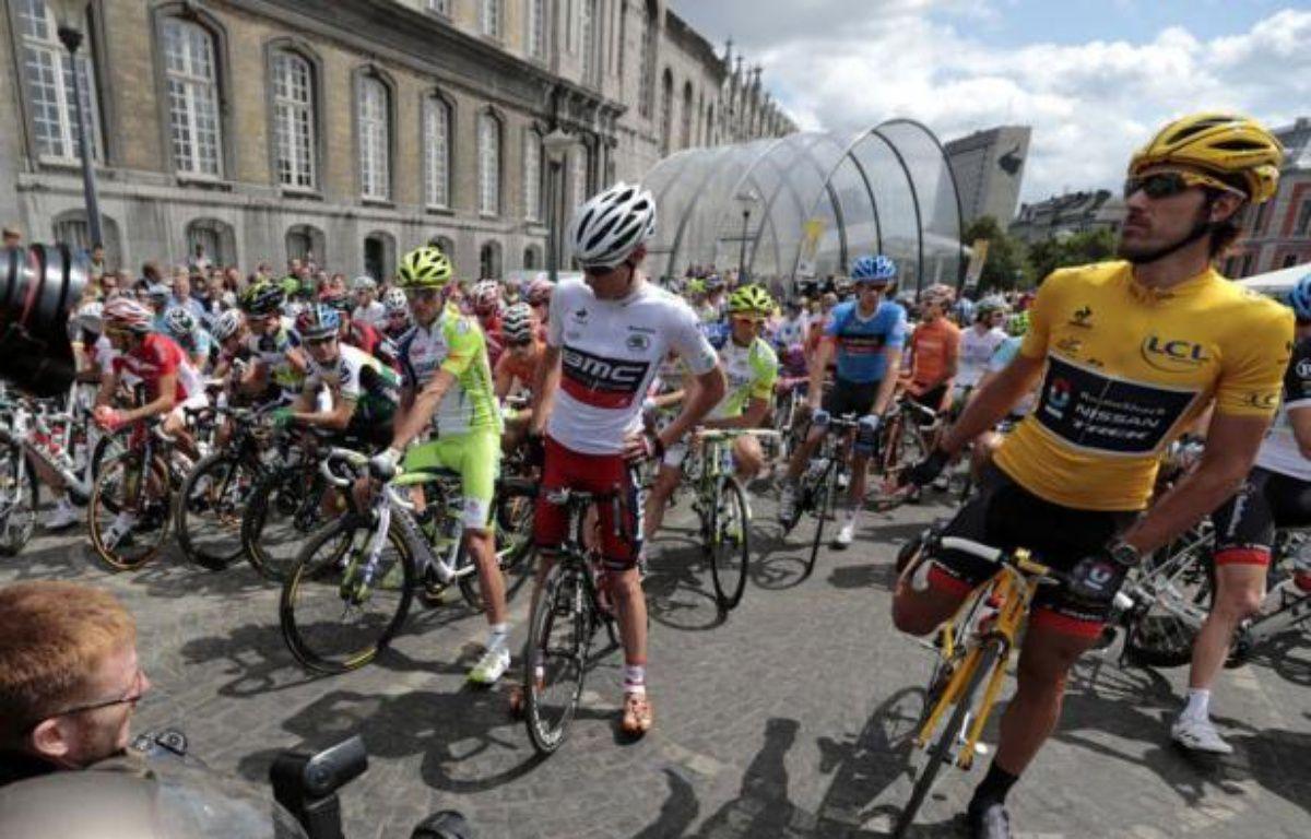 Les 198 coureurs du Tour de France ont pris dimanche vers 12H35 le départ de la première étape de l'édition 2012 longue de 198 kilomètres entre Liège et Seraing (Belgique) par un temps ensoleillé. – Joel Saget afp.com