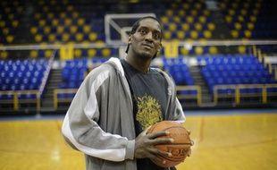 Le basketteur du Paris Levallois, Michel Jean-Bapstiste Adolphe, dans la salle de Levallois, le 30 mars 2010.