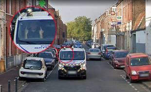 Un policier fait un geste obscène à la voiture Google à Roubaix.