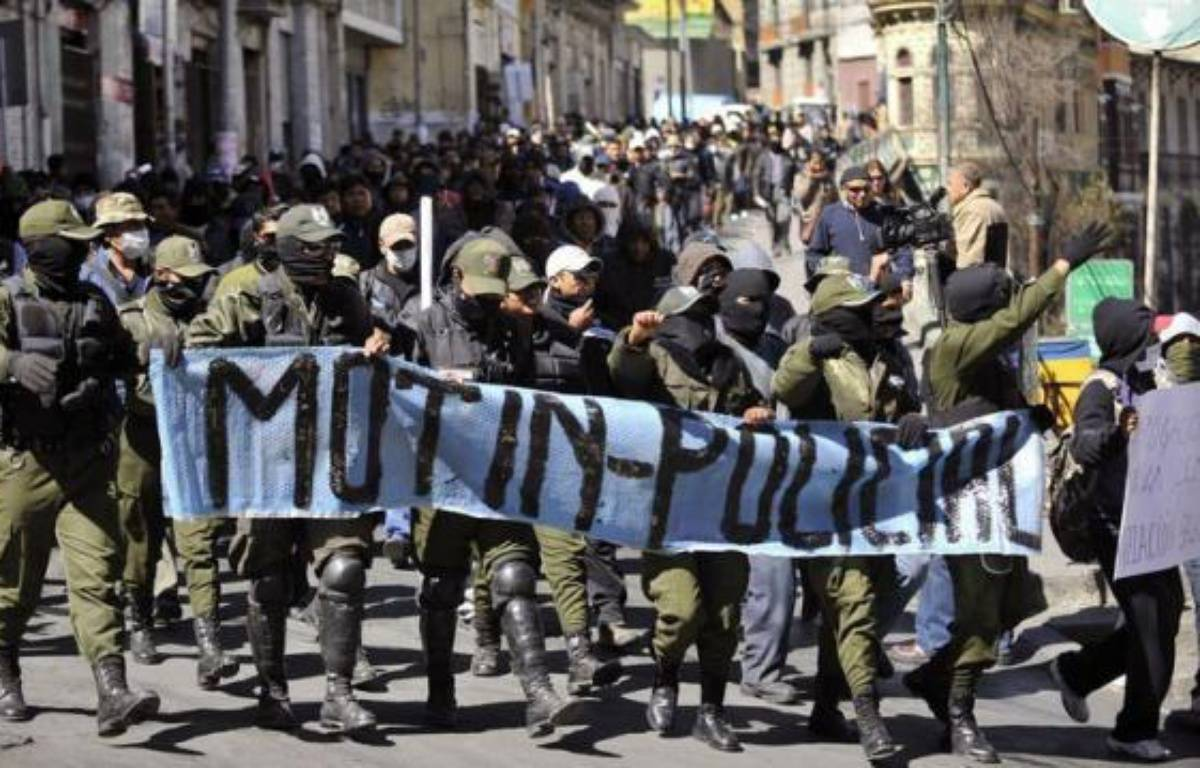 Des milliers de policiers boliviens ont entamé dès lundi dans leur cinquième jour de grève sur fond de revendications salariales et accentuaient la pression sur le président Evo Morales, qui voit dans ce mouvement une manoeuvre de ses opposants visant à déstabiliser le gouvernement. – Aizar Raldes afp.com