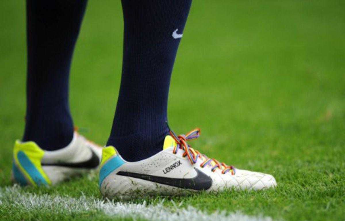 les chaussures d'un joueur anglais avec des lacets aux couleurs du Rainbow Flag, lors d'une campagne cotre l'homophobie, en septembre 2013. – OLLY GREENWOOD / AFP
