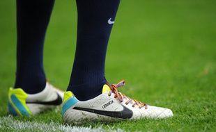 les chaussures d'un joueur anglais avec des lacets aux couleurs du Rainbow Flag, lors d'une campagne cotre l'homophobie, en septembre 2013.