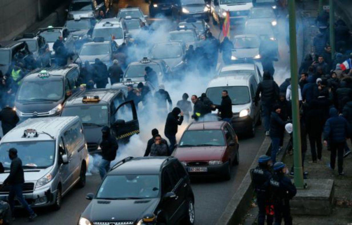 Incidents sur le périphérique porte Maillot le 26 janvier 2016 lors de la manifestation des chauffeurs de taxi à Paris – THOMAS SAMSON AFP