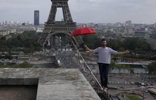 Le slackliner français Nathan Paulin se produit pour la deuxième fois sur une slackline à 70 mètres de hauteur entre la tour Eiffel et le théâtre Chaillot, à Paris, le  19 septembre 2021.