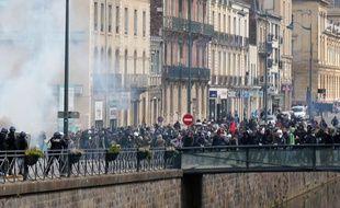 L'accident a eu lieu au moment où la police a chargé les manifestants.