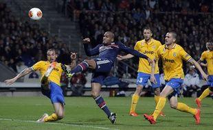 Jimmy Briand aux prises avec la défense turinois, le jeudi 3 avril à Lyon.
