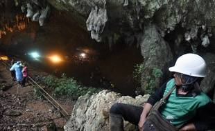 Les secouristes peinaient mercredi à évacuer l'eau d'une grotte inondée du nord de la Thaïlande où douze enfants et leur entraîneur de football étaient pris au piège depuis quatre jours.