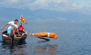 Le Bulgare Jane Petkov, enfermé dans un sac, saute dans les eaux du lac Ohrid le 10 septembre 2013, dans l'espoir de voir son nom figurer dans le livre Guinness des records.
