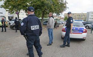Des policiers ont été la cible de jets de pierre, lancées par des adolescents (illustration).
