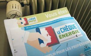 Un chèque énergie devant un radiateur. (illustration)