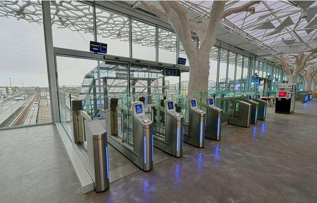 Pour accéder aux quais depuis la mezzanine, il faut emprunter un escalator ou un ascenseur.