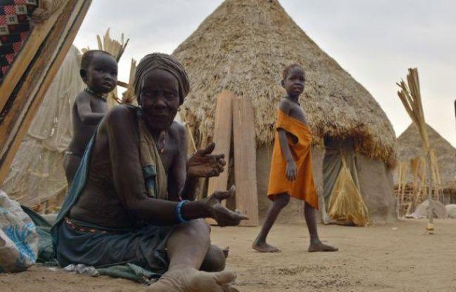 Une femme est assise sur le sol, devant des huttes dans la zone de Nyal, grande zone de marais dans l'Etat d'Unité, au Soudan du Sud souffrant de la famine, le 24 février 2015