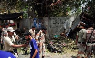 Un attentat suicide visant la police a fait au moins six blessés jeudi matin à Karachi, la mégalopole du sud du Pakistan, ont indiqué à l'AFP des responsables policiers.