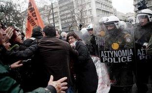 Des centaines de fonctionnaires menacés de licenciements dans le cadre de la restructuration du secteur public ont manifesté vendredi à Athènes sur fond de discussions entre les hauts représentants de la troïka des créanciers et les responsables grecs.