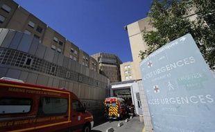 Un jeune homme de 21 ans s'est présenté vendredi à l'hôpital Nord de Marseille, expliquant avoir été blessé à la Kalachnikov, une version désormais remise en cause par les enquêteurs, a-t-on appris de sources concordantes.
