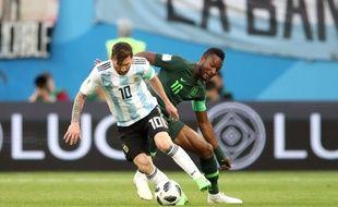 John Obi Mikel face à Leo Messi lors de Nigeria-Argentine, le 26 juin 2018.