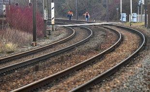 Les huit accusés de Tarnac auraient posé des crochets pour saboter des rails de TGV (image d'illustration).