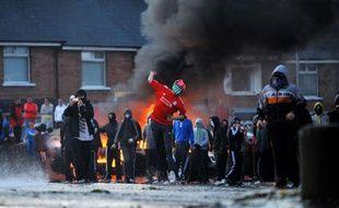 De jeunes nationalistes jettent des pierres et des cocktails molotov vers les forces de polices lors de heurts à Belfast (Irlande du Nord), après une marche de protestants dans un quartier catholique, le 12juillet 2011.