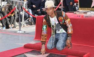 Le producteur et interprète Pharrell Williams inaugure son étoile sur le Hollywood Walk of Fame, le 4 décembre 2014.