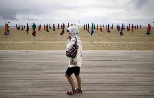 Le mauvais temps de juillet et la crise, qui dissuade même les vacanciers les plus aisés de dépenser, ont pesé sur le tourisme français cet été, avec une baisse de 5% du nombre de nuitées à la mi-août, selon un bilan provisoire du cabinet Protourisme publié jeudi.