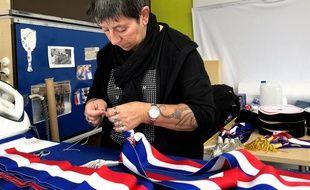 Une couturière de l'entreprise nordiste Doublet fabrique une écharpe de maire pour les élections municipales de mars 2020