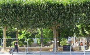 Le square Daviais, à Nantes, fermé par des barrières.