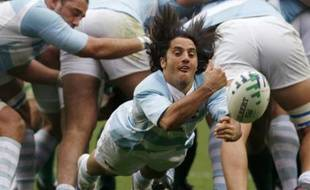 Argentina's Agustin Pichot passes the ball during their Group D Rugby World Cup match against Ireland at the Parc des Princes stadium in Paris September 30, 2007.