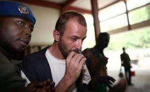 """Le président de L'Arche de Zoé, Eric Breteau, qui s'est dit mardi """"lâché"""" par les autorités françaises, a relancé, depuis la prison de N'Djamena où il est incarcéré, la polémique sur la tentative de transport du Tchad vers la France de 103 enfants par son association."""