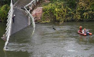 Des secouristes dans la rivière Tarn, après l'effondrement d'un pont à Mirepoix-sur-Tarn, le 18 novembre 2019.