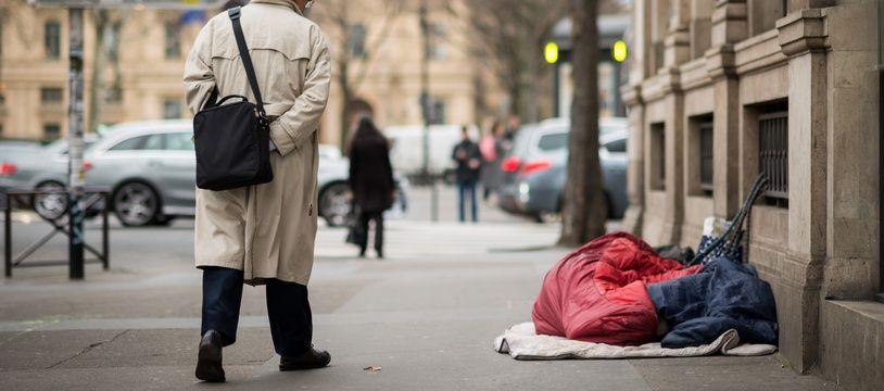 Illustration. Une personne sans domicile fixe dans la rue et un passant.
