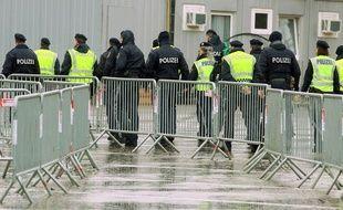 La police autrichienne dans un camp d'enregistrement des migrants à la frontière avec la Slovénie, le  19 février 2016.