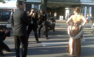 Des «filmeurs» photographient une anonyme en tenue de soirée, sur la Croisette, à Cannes, le 18 mai 2010.