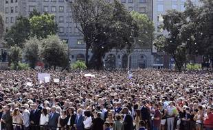 Des milliers de personnes se sont rassemblées sur la place de Catalogne à Barcelone vendredi 18 août à midi pour rendre hommage aux victimes de l'attentat.