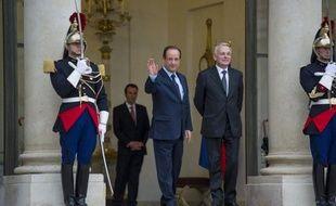 La cote de confiance de l'exécutif a baissé de 7 points depuis fin mai, 51% des Français faisant confiance à François Hollande contre 58% il y a un mois, et 49% à Jean-Marc Ayrault au lieu de 56%, selon l'observatoire CSA/Les Echos rendu public jeudi.