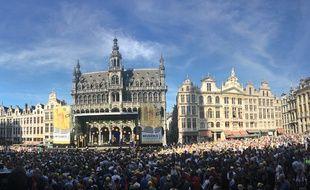 La foule s'est pressée jeudi soir sur la Grand Place de Bruxelles pour acclamer les coureurs du Tour de France