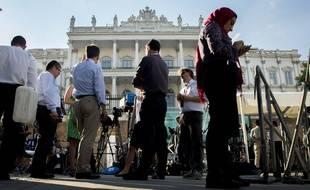 Le 2 juillet 2015, des journalistes sont réunis devant l'hôtel Coburg, à Vienne (Autriche), où se tiennent les négociations sur le nucléaire iranien.