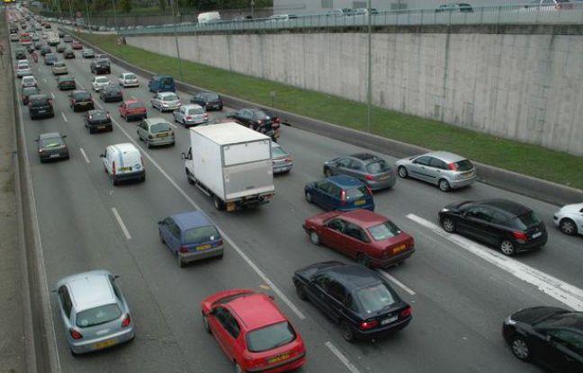 La circulation automobile sur le périphérique à proximité de la porte de Bagnolet, à Paris
