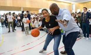 Teddy Riner face à la basketteuse Emilie Ndongue, lors d'une présentation du projet Paris 2024 dans un collège de Seine-Saint-denis, le 3 février 2017.