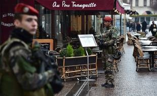 Paris, le 16 février 2017. Un soldat de l'opération Sentinelle patrouille à proximité de la station Châtelet-les-Halles.
