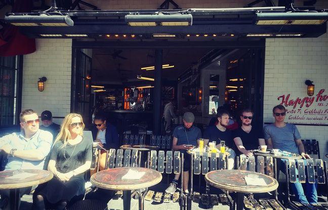 Toutes les raisons sont bonnes pour boire un verre sur les trottoirs de Paris au soleil.