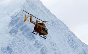 L'alpiniste a été évacué en hélicoptère par le Peloton de gendarmerie de haute-montagne (PGHM) de Chamonix.