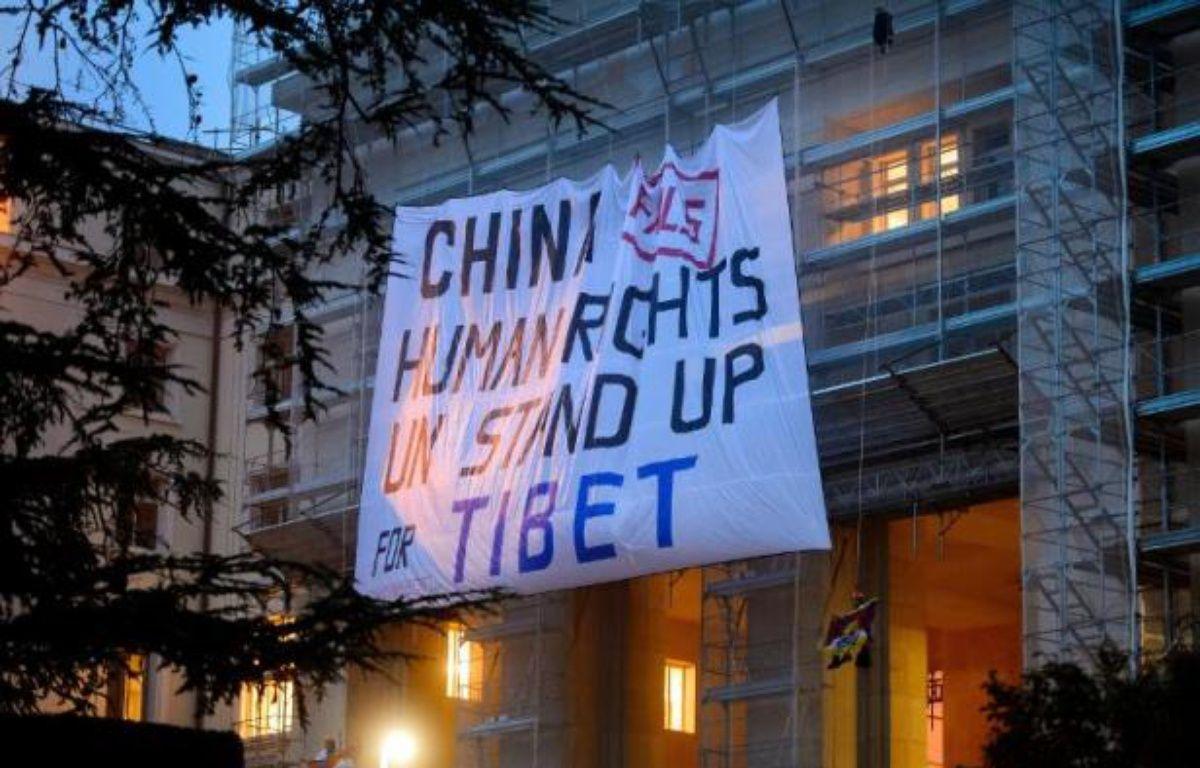 Des militants pro-Tibet ont déployé mardi une banderole sur le siège de l'ONU à Genève pour dénoncer les violations des droits de l'Homme commises par la Chine au Tibet, au moment où commençait l'examen du bilan des droits de l'Homme en Chine. – Fabrice Coffrini AFP