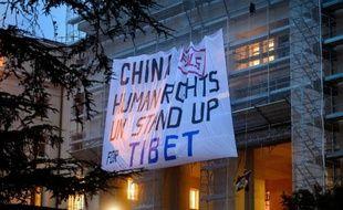 Des militants pro-Tibet ont déployé mardi une banderole sur le siège de l'ONU à Genève pour dénoncer les violations des droits de l'Homme commises par la Chine au Tibet, au moment où commençait l'examen du bilan des droits de l'Homme en Chine.
