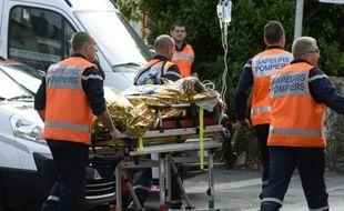 Des blessés de la collision qui a eu lieu sur une départementale près de Libourne sont évacués par des secouristes le 23 octobre 2015