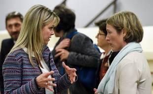 Marie Thibaud, présidente du collectif Stop aux cancers de nos enfants, en discussion avec Lisa King, responsable régionale de Santé publique France, le 25 novembre 2019 à Sainte-Pazanne.