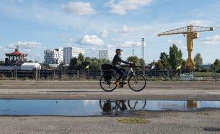 Un cycliste sur l'île de Nantes (illustration)