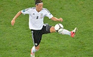 """Le milieu de terrain Mesut Özil peine à donner sa pleine mesure depuis le début de l'Euro-2012 et l'Allemagne, malgré ses trois victoires en autant de matches, se languit de son """"magicien"""" qu'elle espère """"de retour"""" pour le quart de finale face à la Grèce vendredi."""