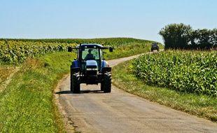 Un tracteur sur une route de campagne.